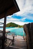 transparante blauwe zee, bergen en de lucht foto