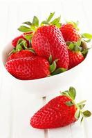 zelfgekweekte aardbeien in mand
