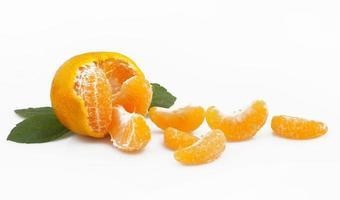 mandarijn of mandarijn fruit geïsoleerd op een witte achtergrond foto