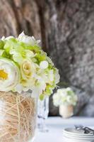 bloemstuk tijdens een huwelijksceremonie op het strand. foto