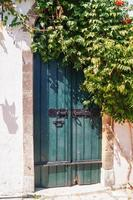 traditionele Griekse deur op het eiland Mykonos, Griekenland foto