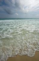 golven op het prachtige strand foto