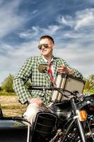 stijlvolle man met een koffer vol geld foto