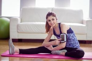 fit vrouw die zich uitstrekt op Trainingsmat foto