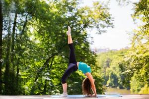 meisje doet oefeningen in het park. foto