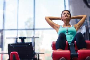 vrouw training op oefeningen machine