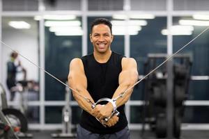 man van middelbare leeftijd doet triceps oefening foto