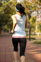 vrouw ochtend oefening joggen in het park foto