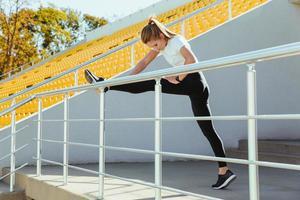 sport vrouw benen strekken foto
