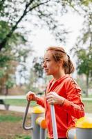 gelukkige vrouw die oefeningen in het park doet