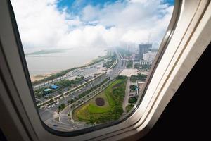 keek uit het raam van een vliegtuig