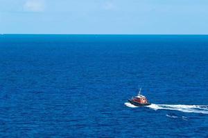 sleepboot op de oceaan foto