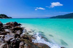 rotsen, zee en blauwe hemel - lipe eiland thailand foto