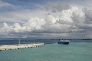 veerboot die terugkeert naar de haven foto