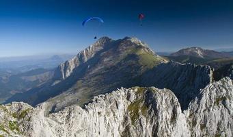 paragliders in urkiola