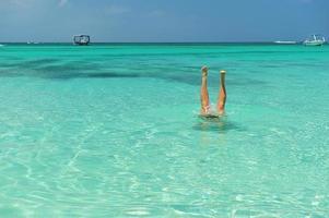 voeten in Caribisch water foto