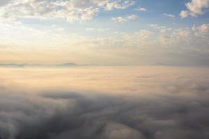 mist zee op de bergen foto