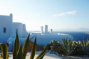 Grieks droomhuis met cactus vooraan foto