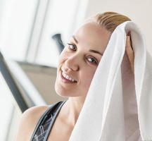 portret mooi meisje met een handdoek na de training foto