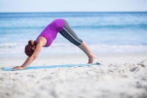 brunette doet yoga op Trainingsmat