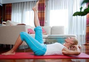 vrouw oefenen in haar huis