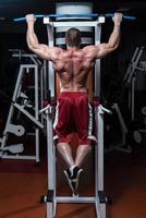 bodybuilder die oefening voor rug doet