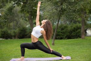 mooie vrouw die yogaoefeningen doet foto