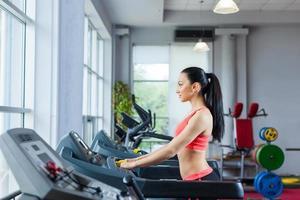 sportvrouw die gymnastiek, fitnesscentrum uitoefenen foto