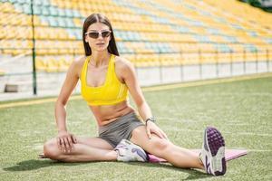 vrouw die zich bezighouden met een warming-up op het veld. foto