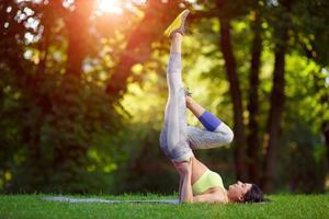 vrouw fitness oefeningen doen in het park foto