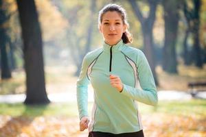 vrouw joggen in de natuur foto
