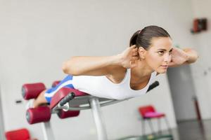 jonge vrouw training in de sportschool foto