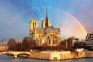 notre dame met regenboog, parijs foto