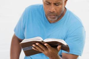 Afro-Amerikaanse man leest. foto