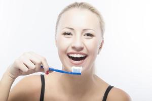 portret van lachende blanke vrouw met tandenborstel foto