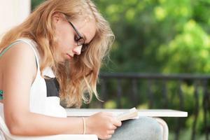 blonde blanke tienermeisje een boek gelezen