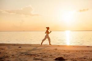 Kaukasische vrouw joggen aan kust foto