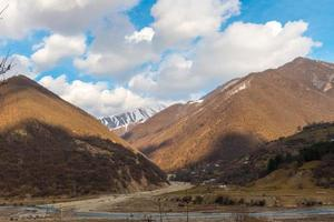 Kaukasische bergen en verbazingwekkende wolken foto