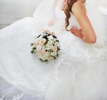 prachtige Kaukasische bruid in een prachtige jurk foto