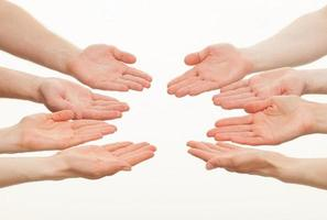 geopende handpalmen van een groep blanke mensen foto