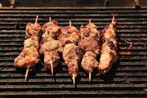 de Kaukasische shish kebab op spiesjes. selectieve aandacht.