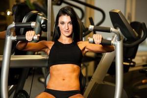 mooie blanke vrouw haar armen in fitness uit te werken foto