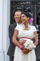 mooie Indiase bruid en Kaukasische bruidegom, na huwelijk ceremo foto
