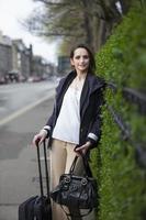 portret van een stijlvolle blanke vrouw in de stad. foto