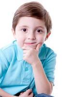 echte mensen: lachend denken inhoud Kaukasisch jongetje close-up foto