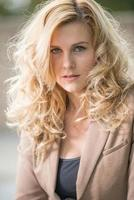mooie aantrekkelijke blonde blanke zakenvrouw van in de twintig foto