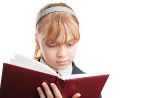 close-up portret van blond Kaukasisch schoolmeisje met boek isoleren foto