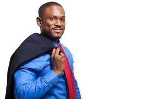zwarte mannelijke manager die zijn jasje houdt