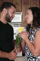 man vrouw bloemen geven