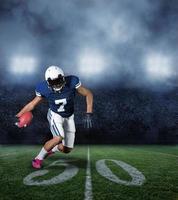American football-speler tijdens een wedstrijd foto